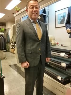 久しぶりにお客様のスーツをご紹介させていただきます。  顔だし大歓迎のS様です。 今回はグレーのウィンドペン柄を選択され本日のお納めです。  さっそく着替えてポーズとっていただきました。 堂々たる仕草!大したもんです。
